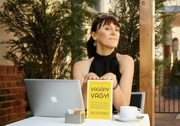 Interjú: reflektorfényben Jen Sincero, a New York Times első számú bestsellerírója, a Vagány vagy! című könyv szerzője