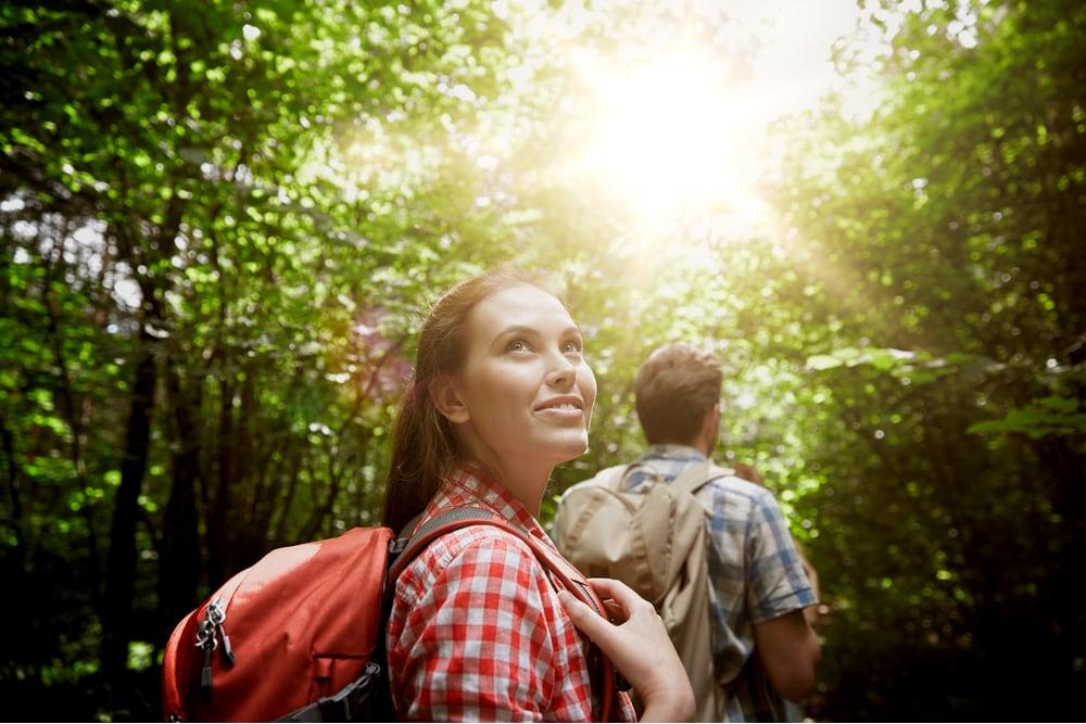 nő erdő séta
